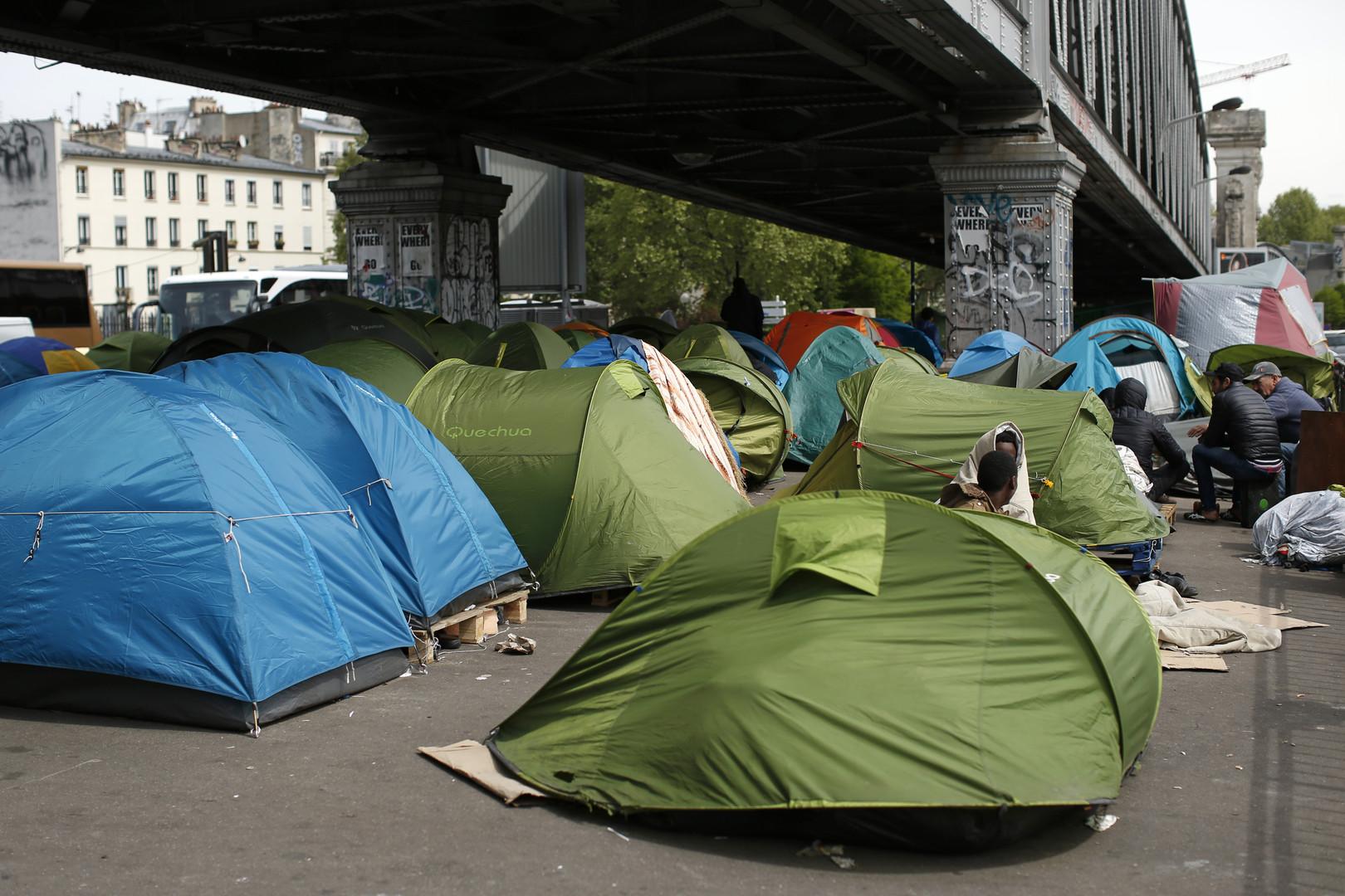 Un camp de réfugiés sous le pont de la Chapelle à Paris