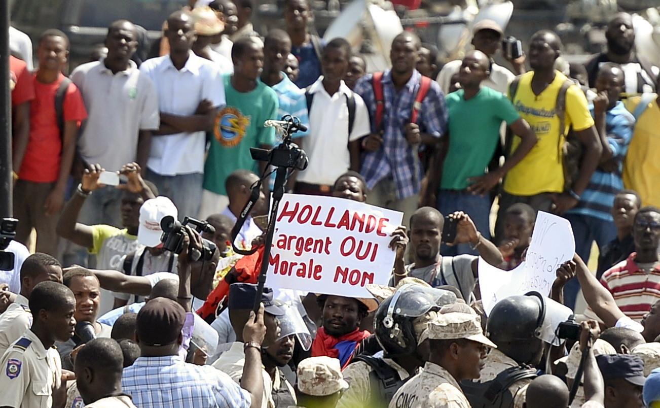 Des manifestants tiennent une pancarte à Port-au-Prince à Haïti