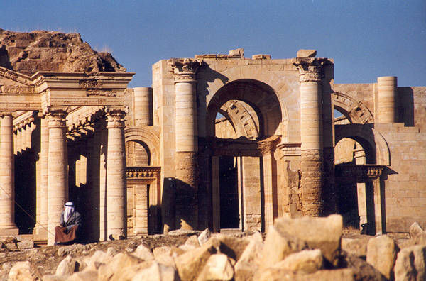 Ruines des temples de l'Enclos du Soleil au centre de Hatra détruits le 7 mars 2015 au Bulldozer.
