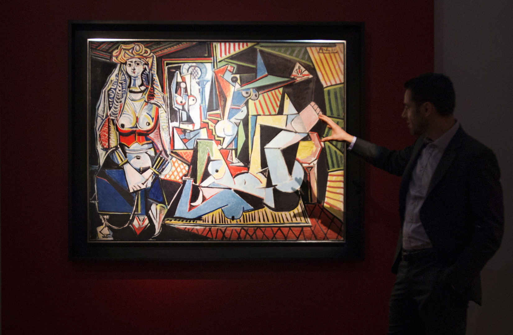 Un homme devant l'original des Femmes d'Alger exposé en prévision de sa vente chez Christie's