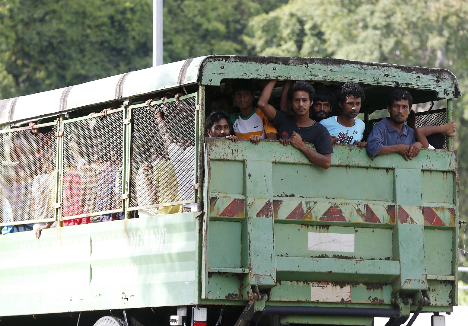 Les immigrants Rohinyga et bangalais sont transportés vers les bateaux pour aller en Malaisie