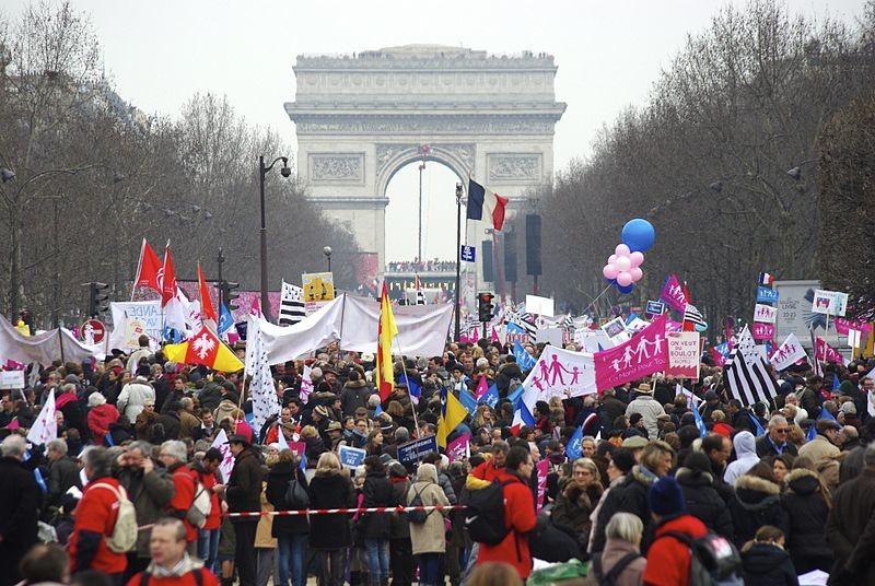 """""""La manif pour tous"""" sur l'avenue des Champs Elysées à Paris en 2013"""