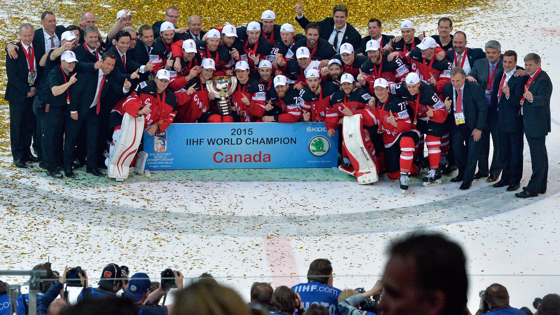 L'équipe canadienne célèbre sa victoire
