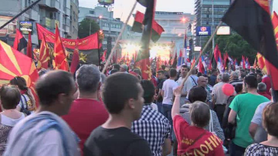 «On ne se rend pas !» : des milliers de macédoniens sont dans la rue pour soutenir leur gouvernement