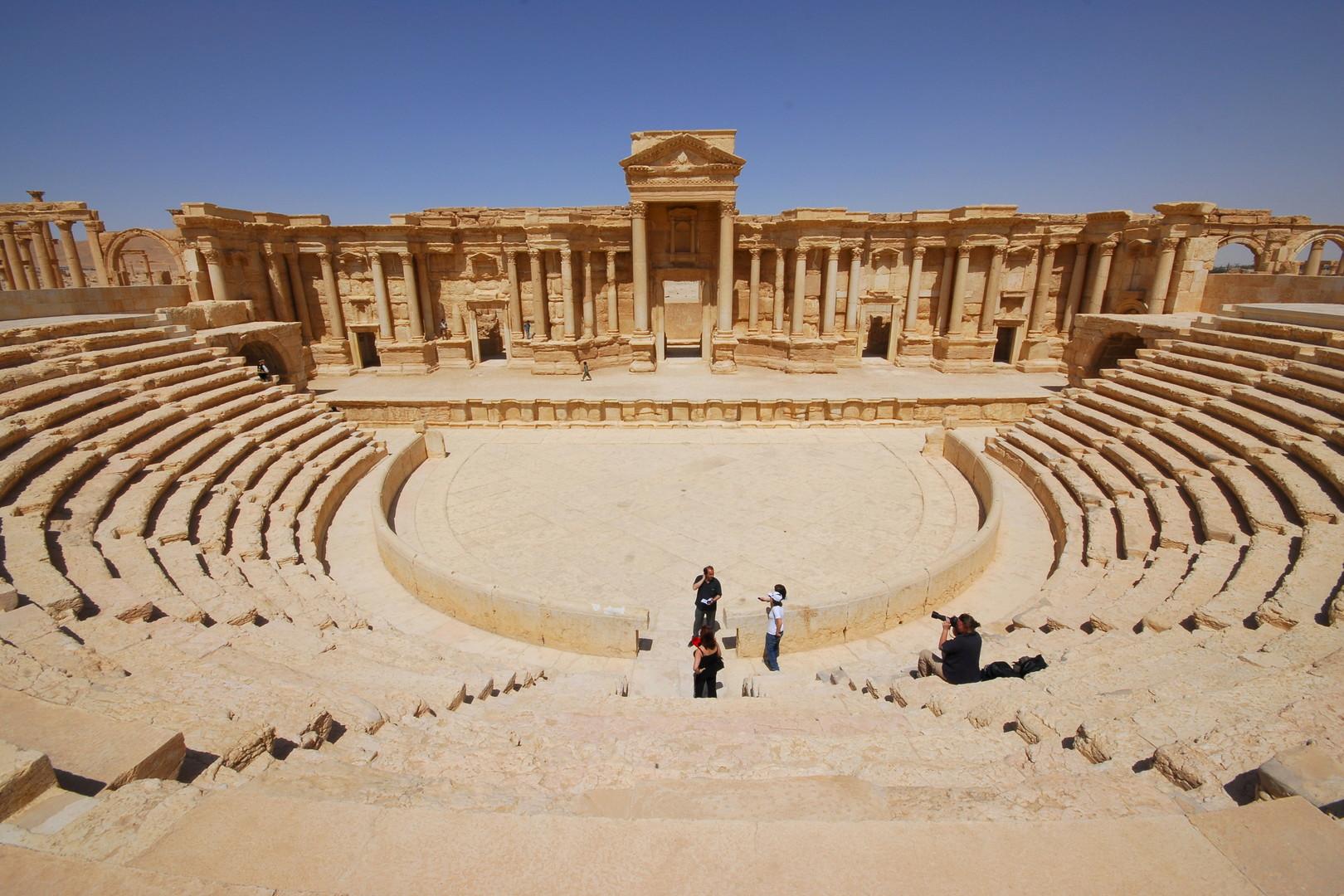 Les touristes prennent des photos dans le théatre de Palmyre