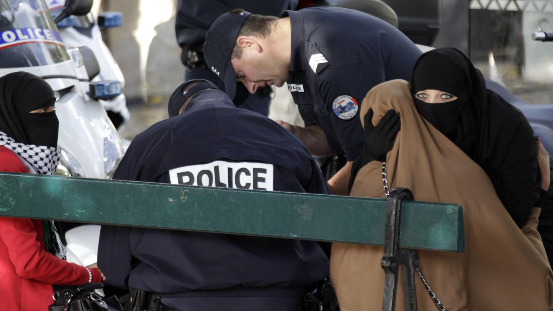 Des policiers français infligent des amendes à deux femmes portant le Niqab