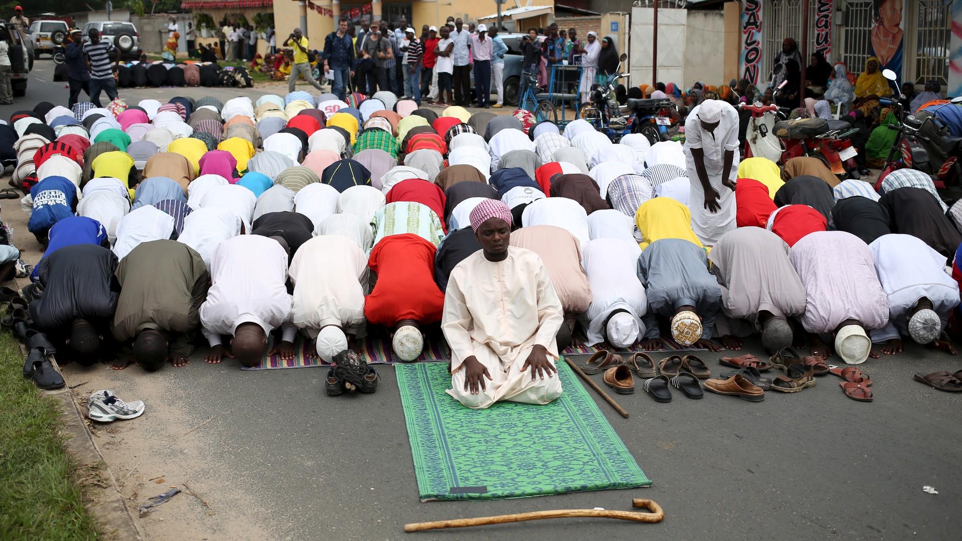 Les gens prient devant le domicile de Zedi Feruzi lors de ses funérailles à Bujumbura
