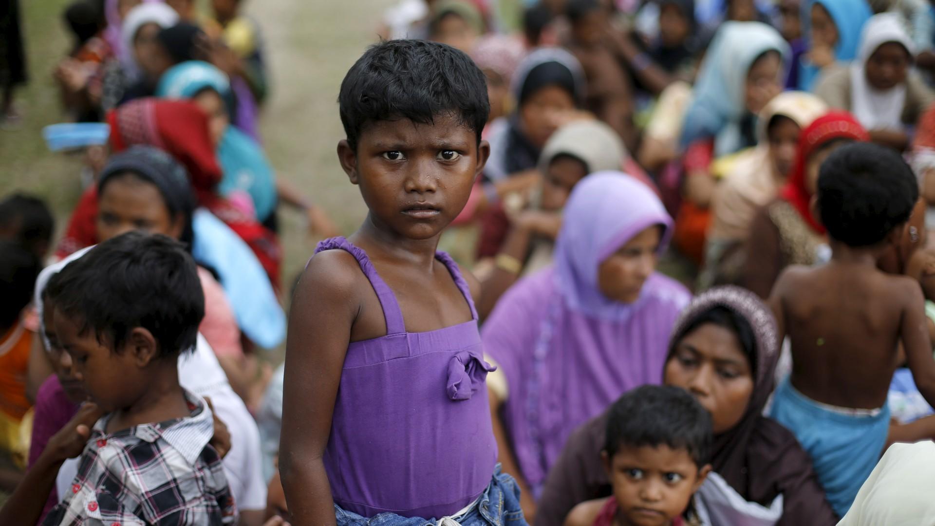 Prise de photos d'enfants pour identification dans un camp de réfugiés en Indonésie