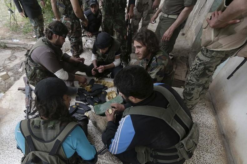 Des combattants syriens préparant leurs armes dans la banlieue d'Alep