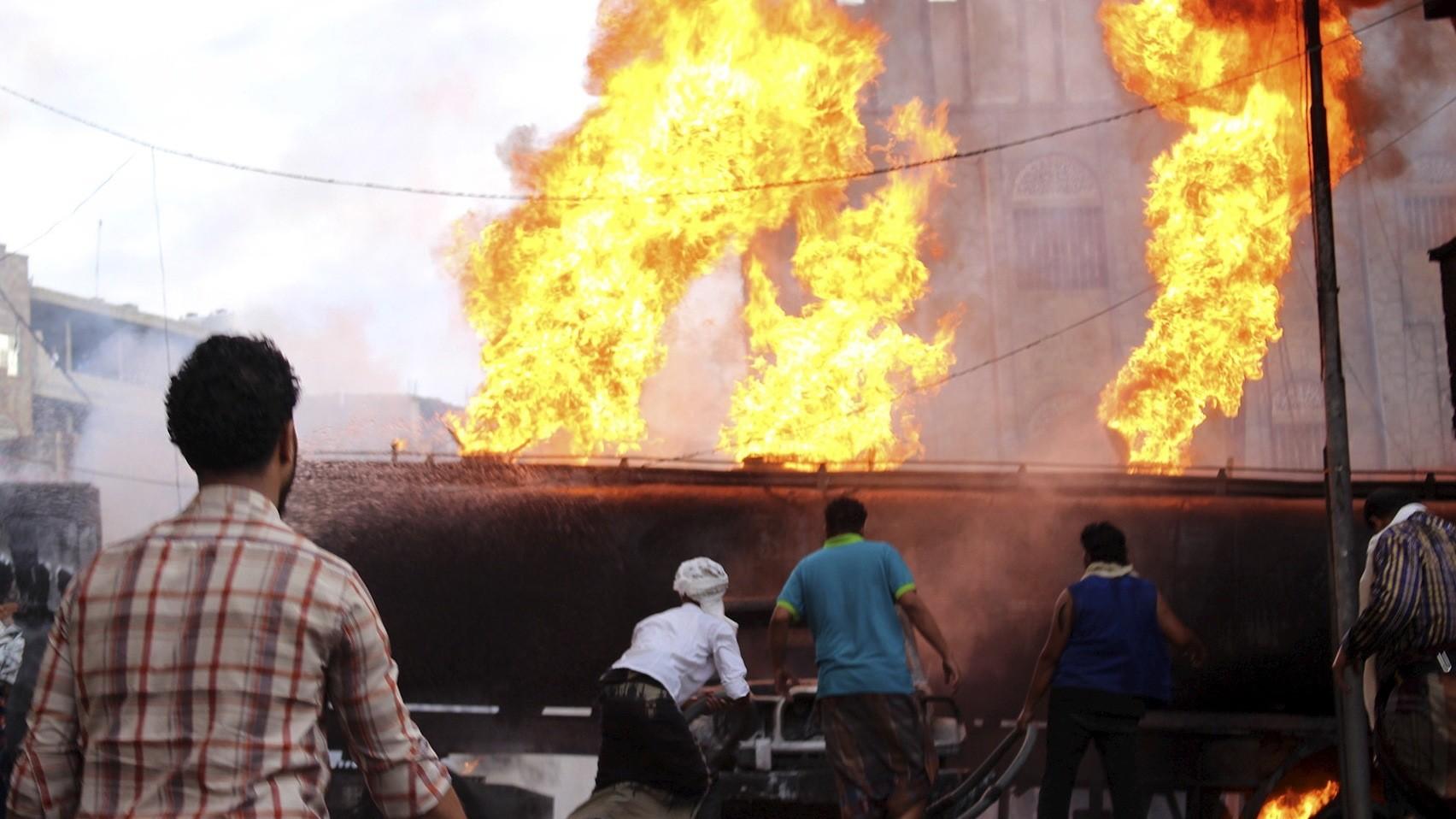 Des personnes tentent de s'échapper d'un camion-citerne en flammes