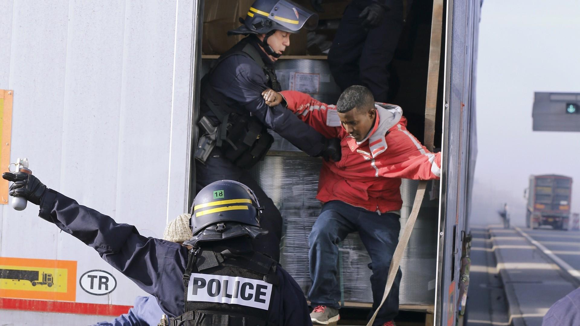 La police fouille des camions pour trouver des migrants qui veulent traverser la frontière
