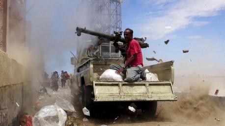 Un combattant d'«Opposition populaire» tirant sur les rebelles houthis
