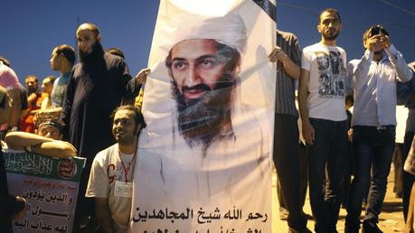 Des manifestants qui tiennent un portrait d'Oussama ben Laden