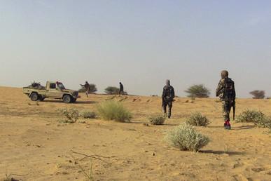 Des combattants des milices populaires maliennes dans le désert