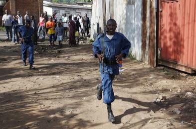 Un policier burundais dans les rues de la capitale où une certaine confusion règne toujours