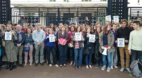 Parents, élèves et professeurs rassemblés devant le lycée Berthelot