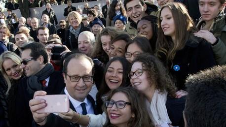 François Hollande prend un seflie à Paris