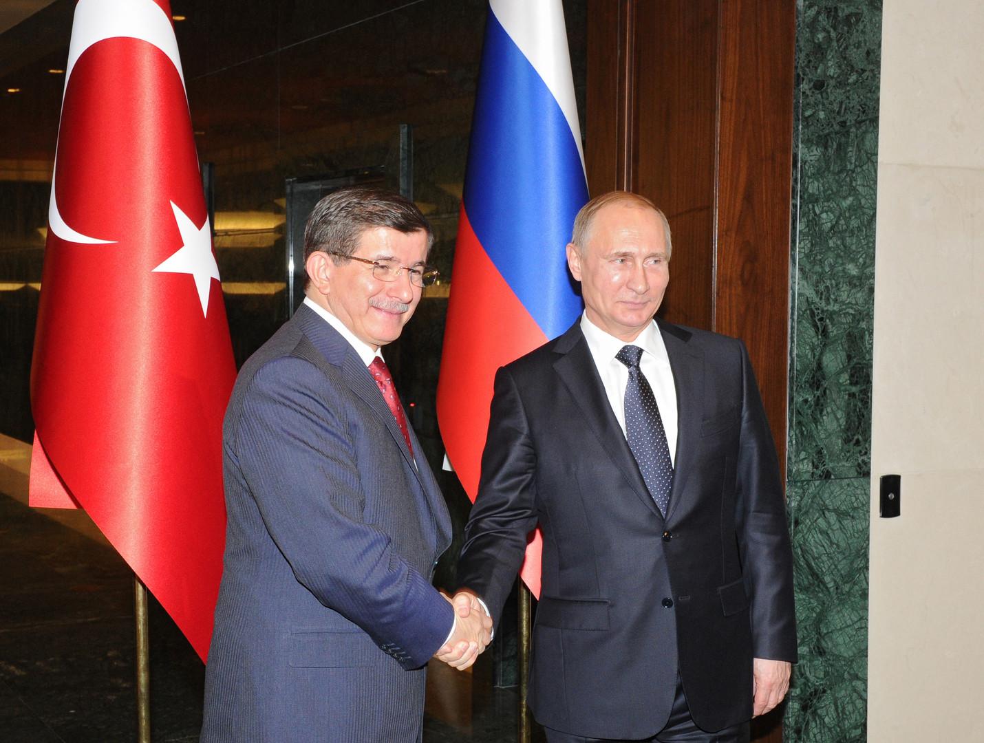 Vladimir Poutine et le Premier ministre turque Davutoglu le 1er décembre 2014 à Ankara.