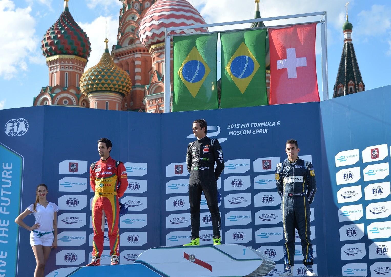 Passer au vert : les pilotes de Formule E circulent près du Kremlin à 250 km/h