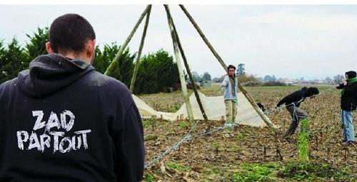 Les zadistes ont installé des tentes et des tipis pour défendre les champs de Joseph Bonotto