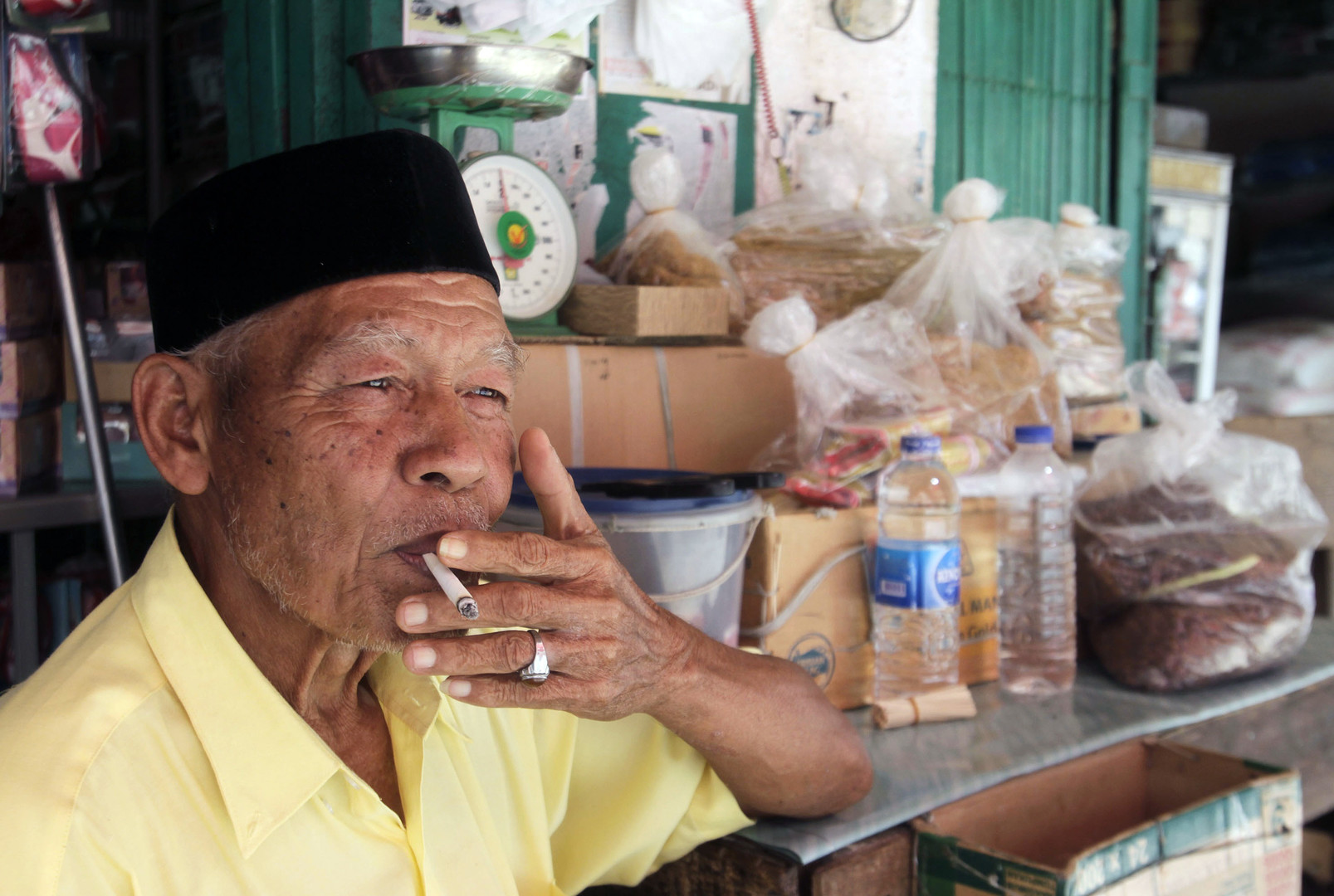 Indonésie : en réponse aux paquets de cigarettes «neutres» du vin français «sans étiquette»