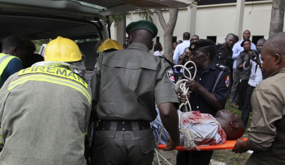Transport d'une victime après l'attenta de Boko Haram au siège de l'ONU à Abuja (Nigéria)