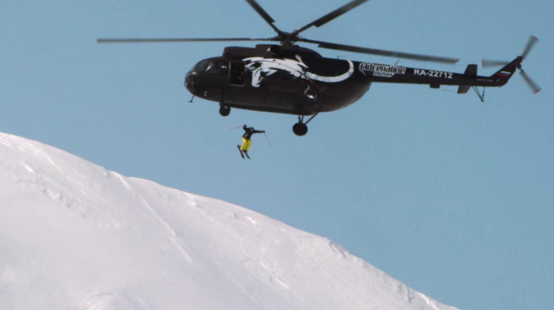 Un skieur saute dans un volcan depuis un hélicoptère (VIDEO)