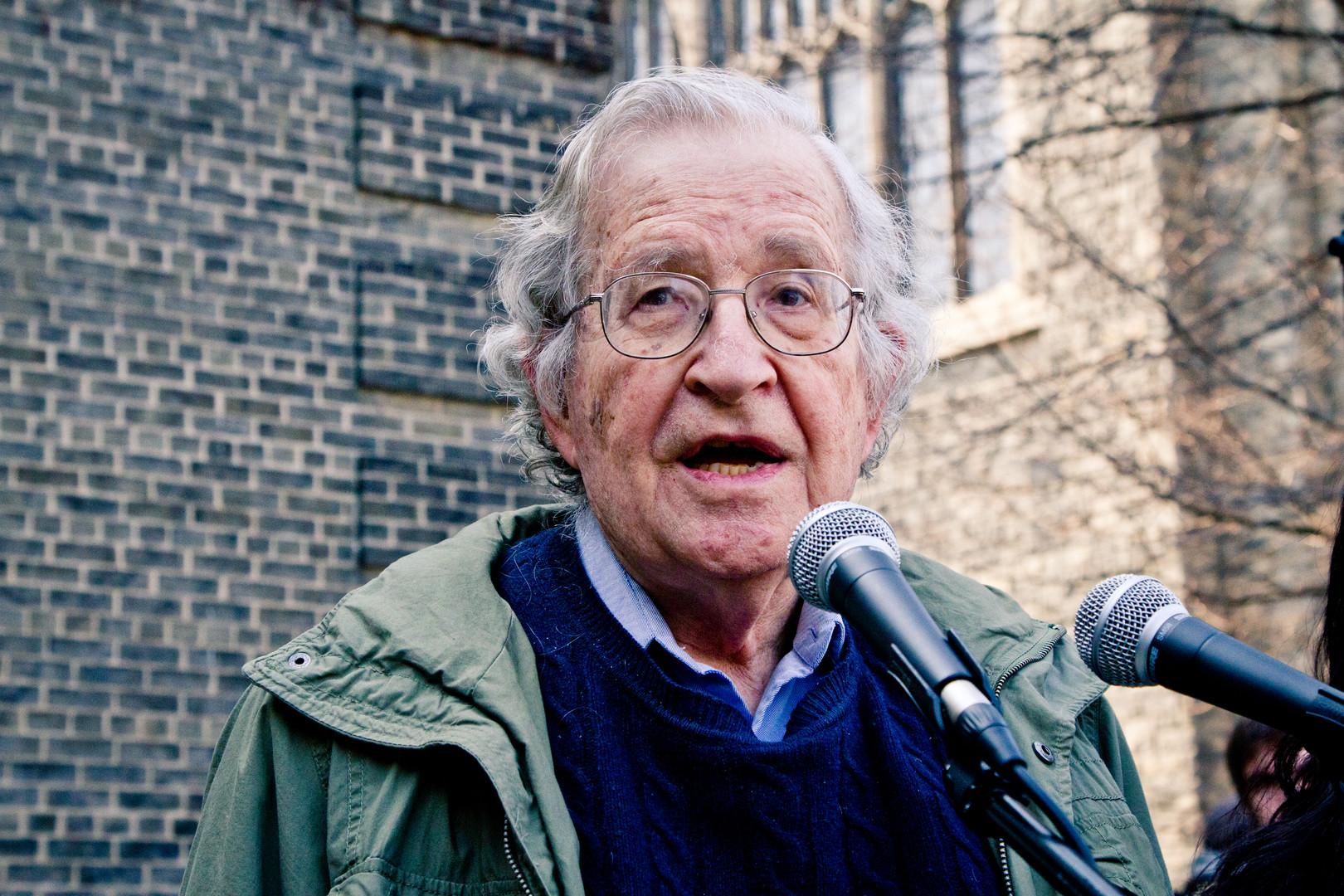 Le célèbre linguiste et observateur de la vie politique, Noam Chomsky, n'est pas tendre avec Clinton