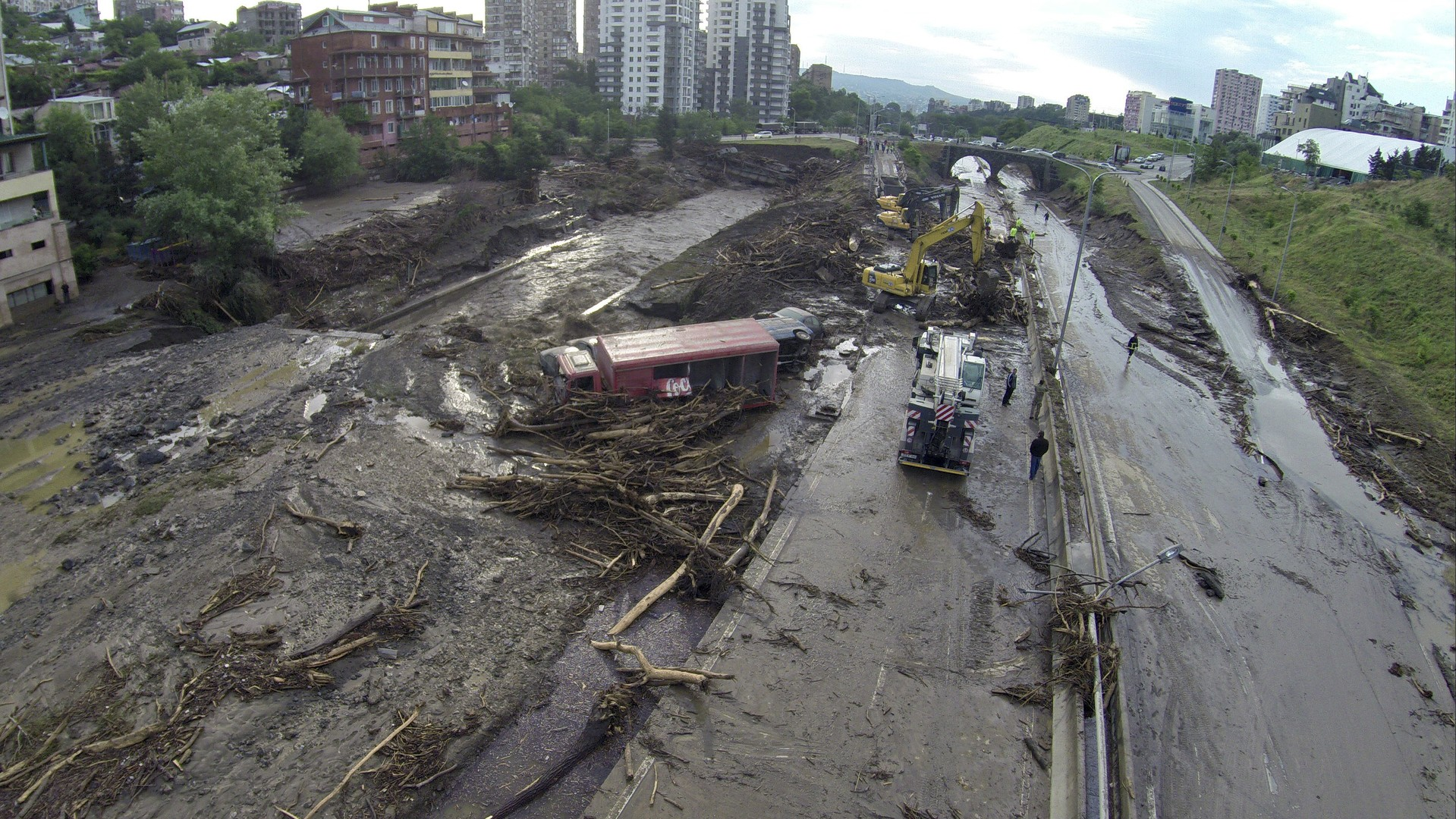 Des sauveteurs en action dans une rue inondée de Tbilissi