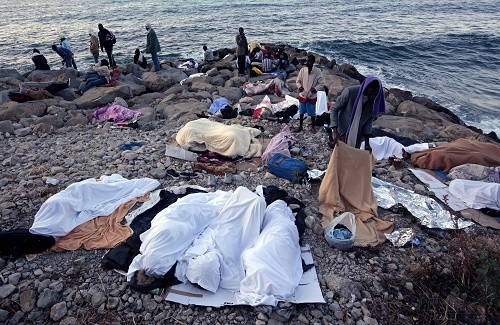 Des migrants campent sur les rochers de Vintimille entre la France et l'Italie