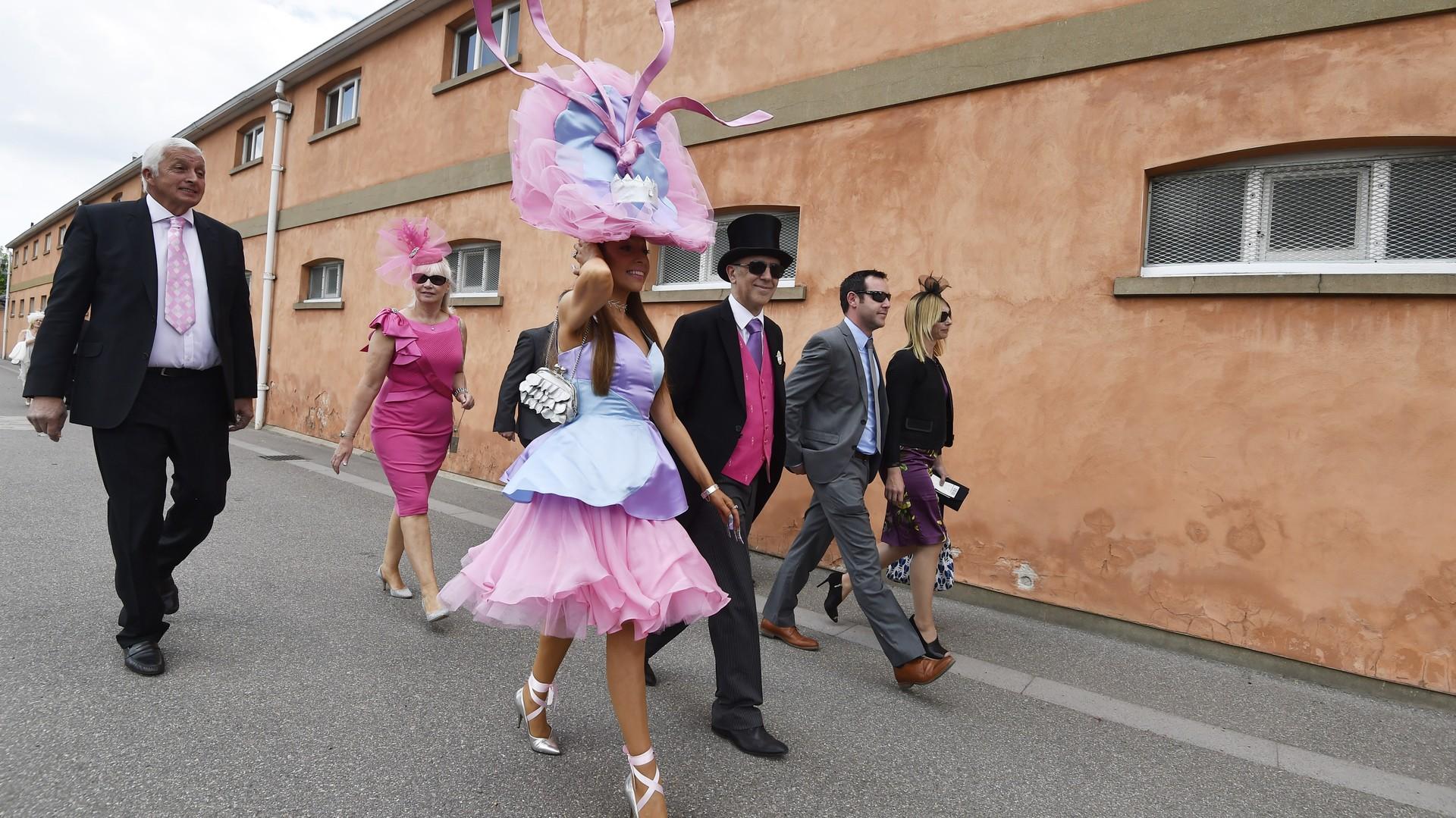 Des spectateurs arrivent dans une ville d'Ascot