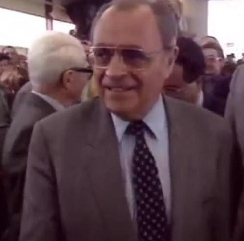 Pierre Bérégovoy avait dû quitter l'école très tôt car son père était malade