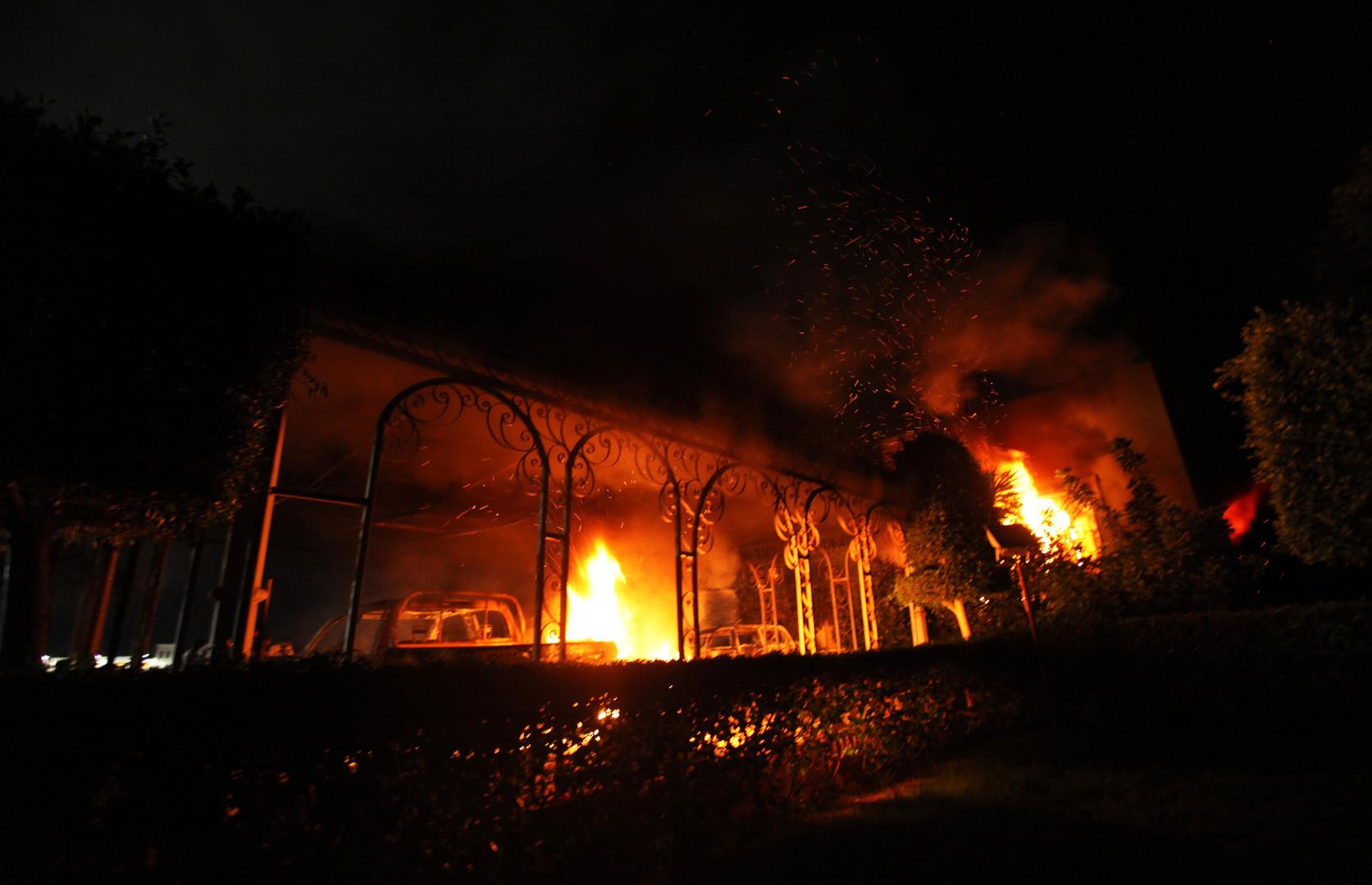 Le consulat américain de Benghazi en feu, après les attaques du 11 septembre 2012.