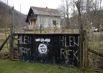 Le signe représentant l'Etat islamique à l'entrée du village bosnien de Gornja Maoca.