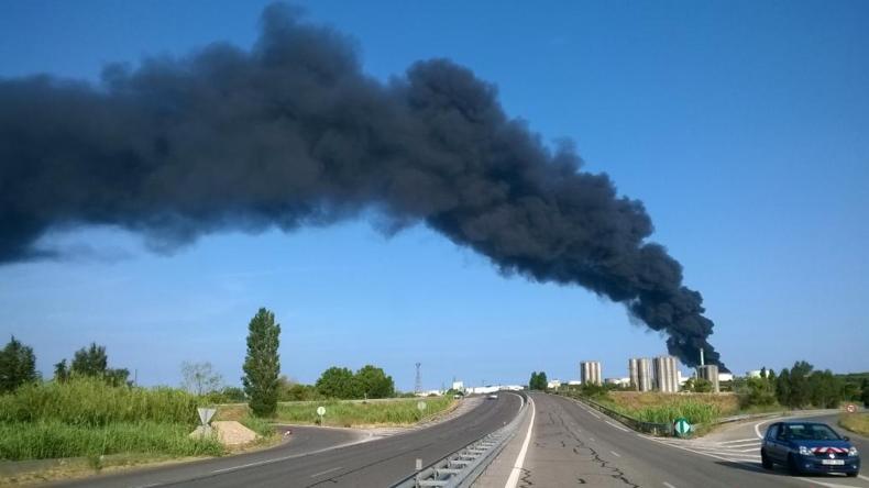 Deux cuves de l'usine pétrochimique de LyonDellBasel brûle depuis 3h du matin.