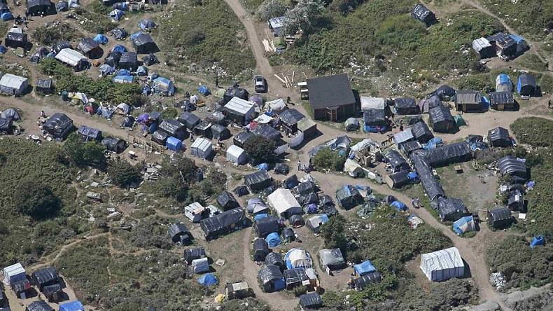La «jungle» de Calais s'organise — RT en français