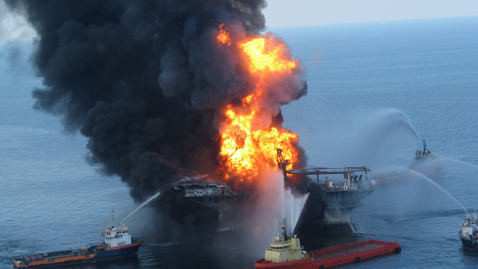 La plateforme de Deepwater Horizon en feu, en avril 2010