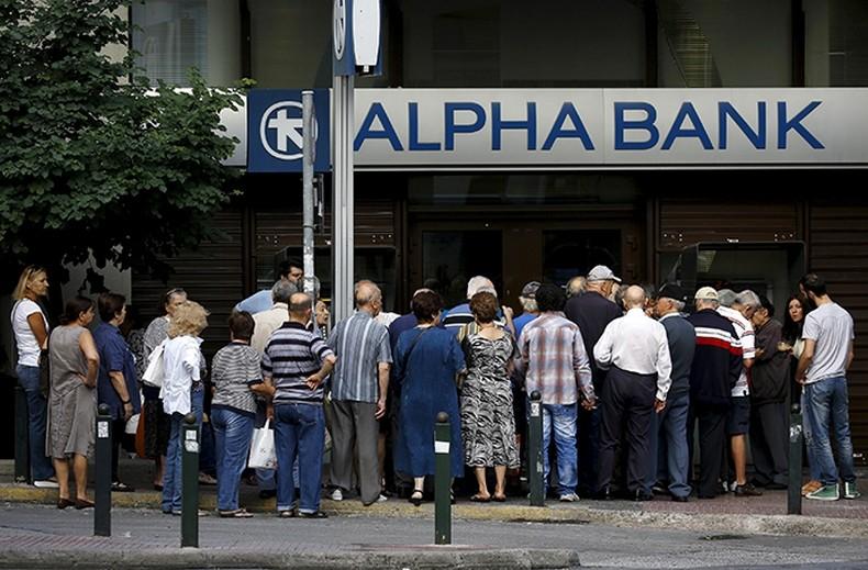 Des retraités font la queue près d'un bureau d'Alpha Bank à Athènes, le 1 Juillet 2015