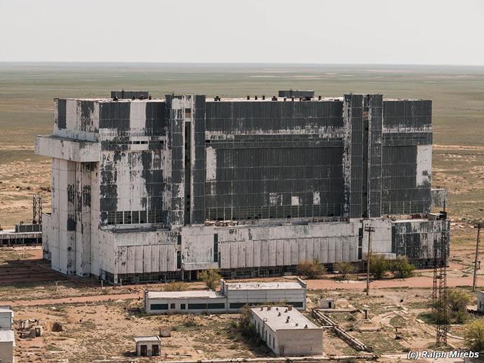 Le hangar de Baïkonour où se trouvent les deux navettes spatiales