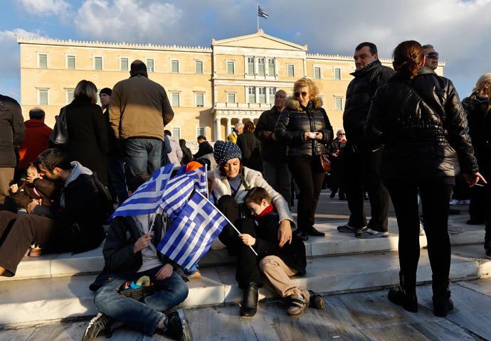 Une femme avec ses quatre enfants partisipen à une manifestation à Athènes