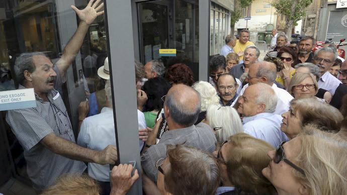 Les retraités grecs devant les banques