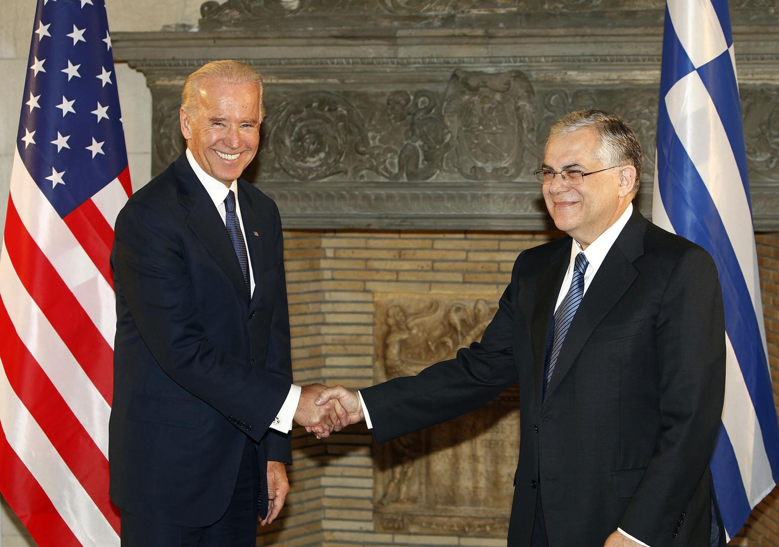Lucas Papademos serre la main du vice-president etatsunien Joe Biden