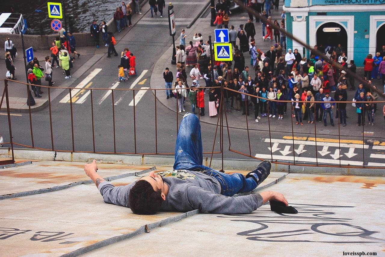 Un casse-cou surplombe les rues de Saint-Pétersbourg suspendu à des câbles téléphoniques (PHOTOS)
