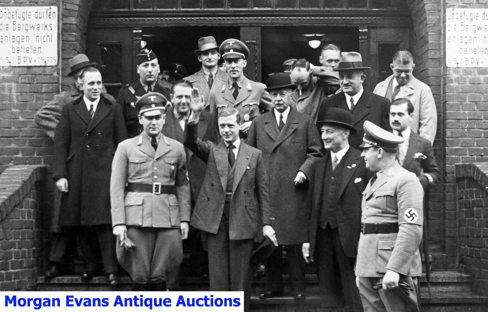Edward VIII d'Angleterre faisant au salut Nazi au milieu de dignitaires du troisième Reich.