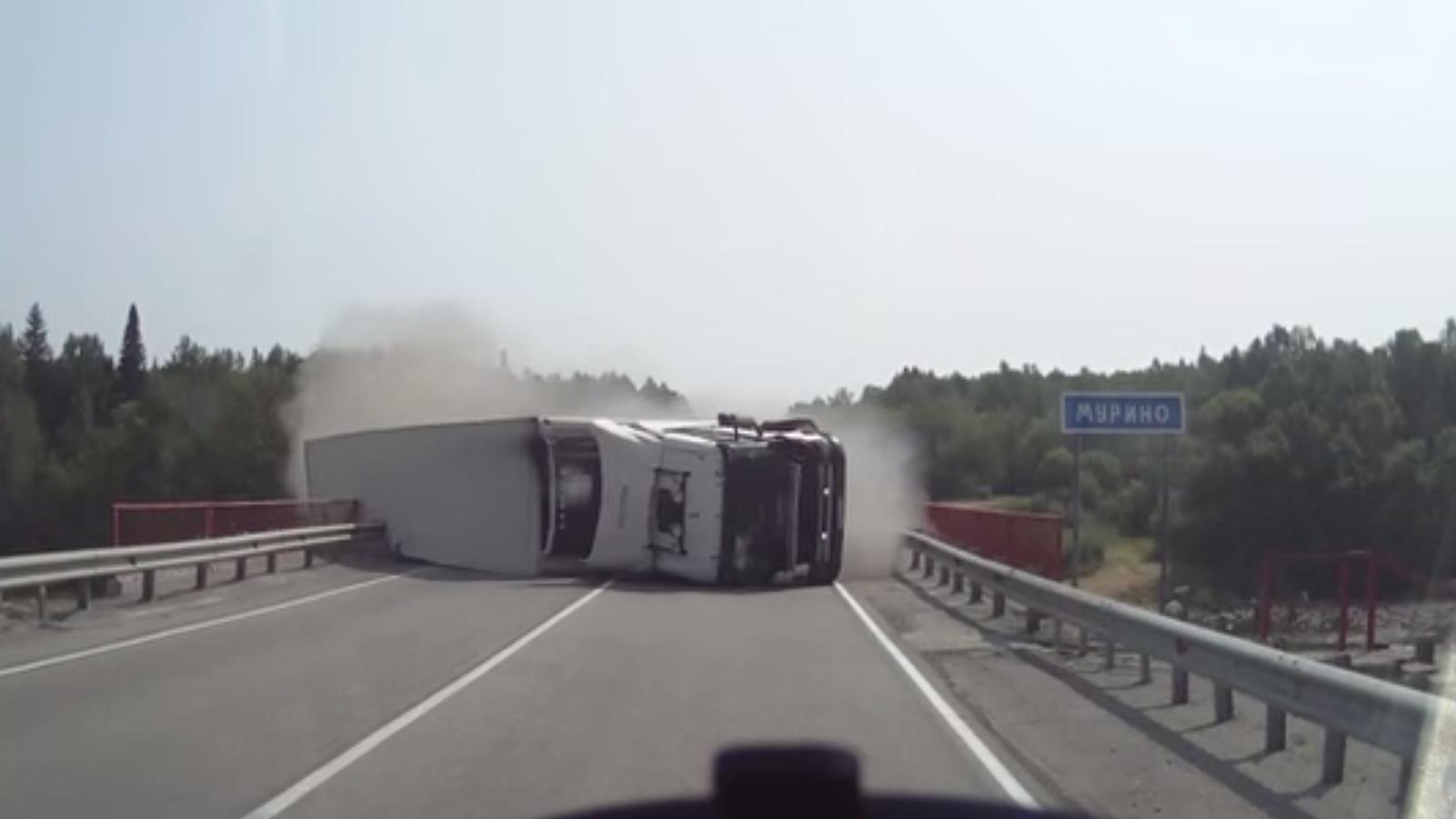 un camion se renverse sur le pont en russie rt en fran ais. Black Bedroom Furniture Sets. Home Design Ideas