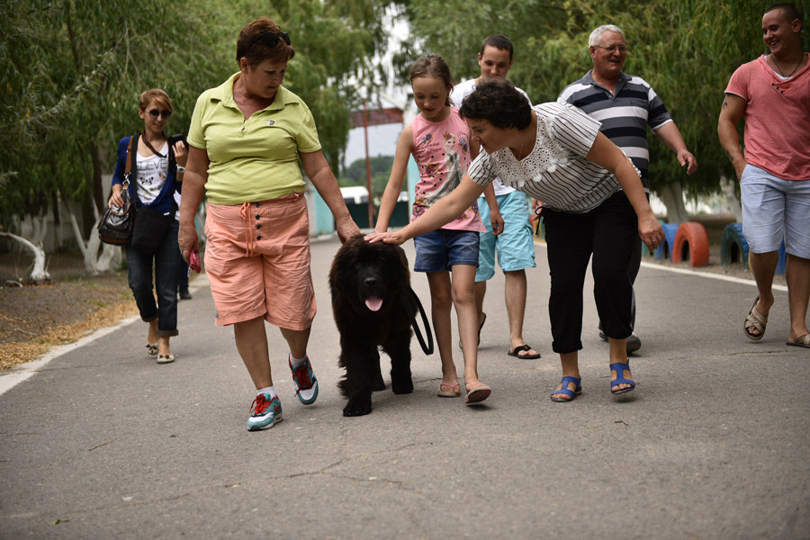 Poutine réalise le rêve d'une jeune Kirghize en lui offrant un chien