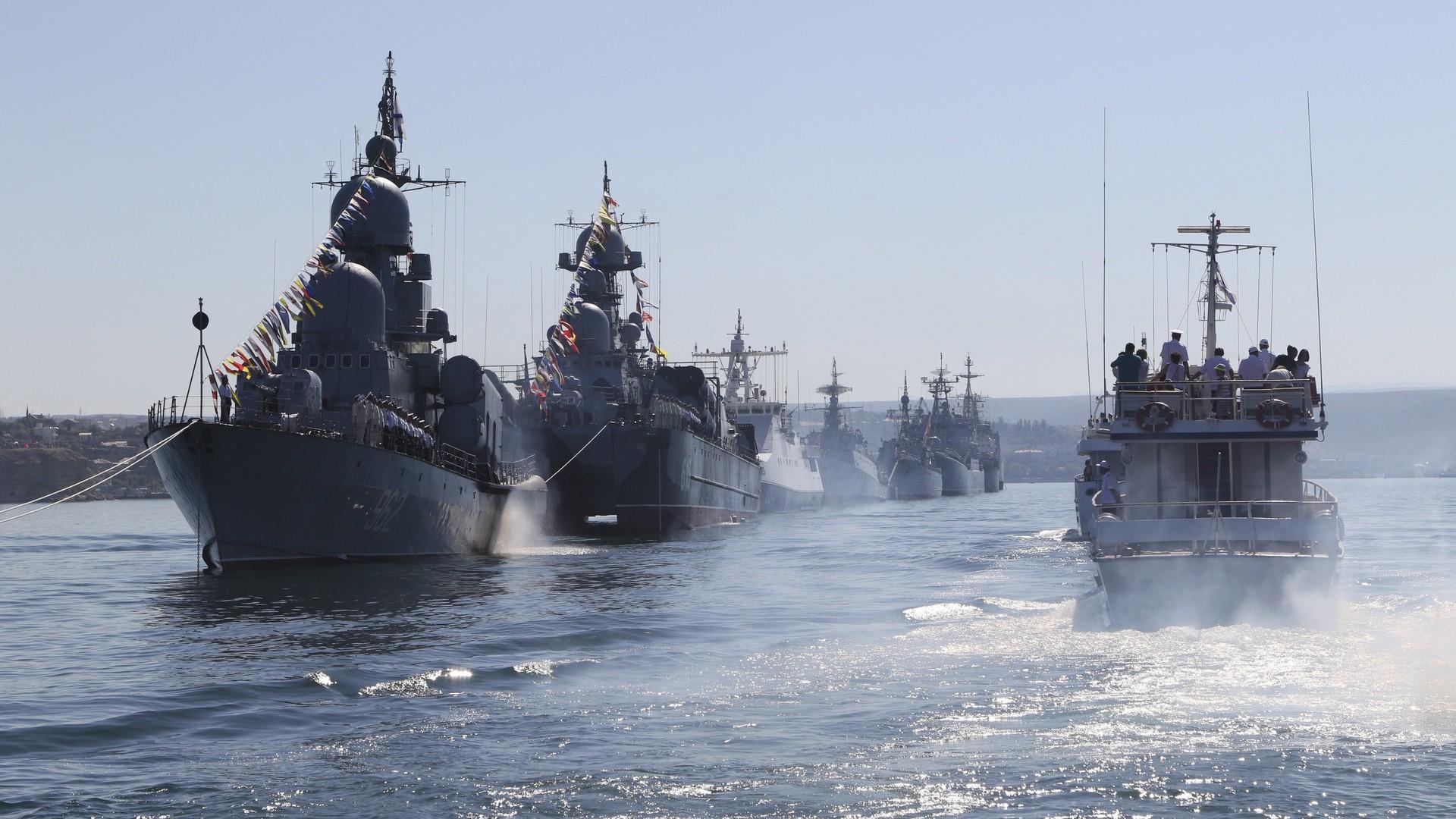 Des bateaux de combat lors de la répétition du défilé de la journée de la Marine à Sébastopol