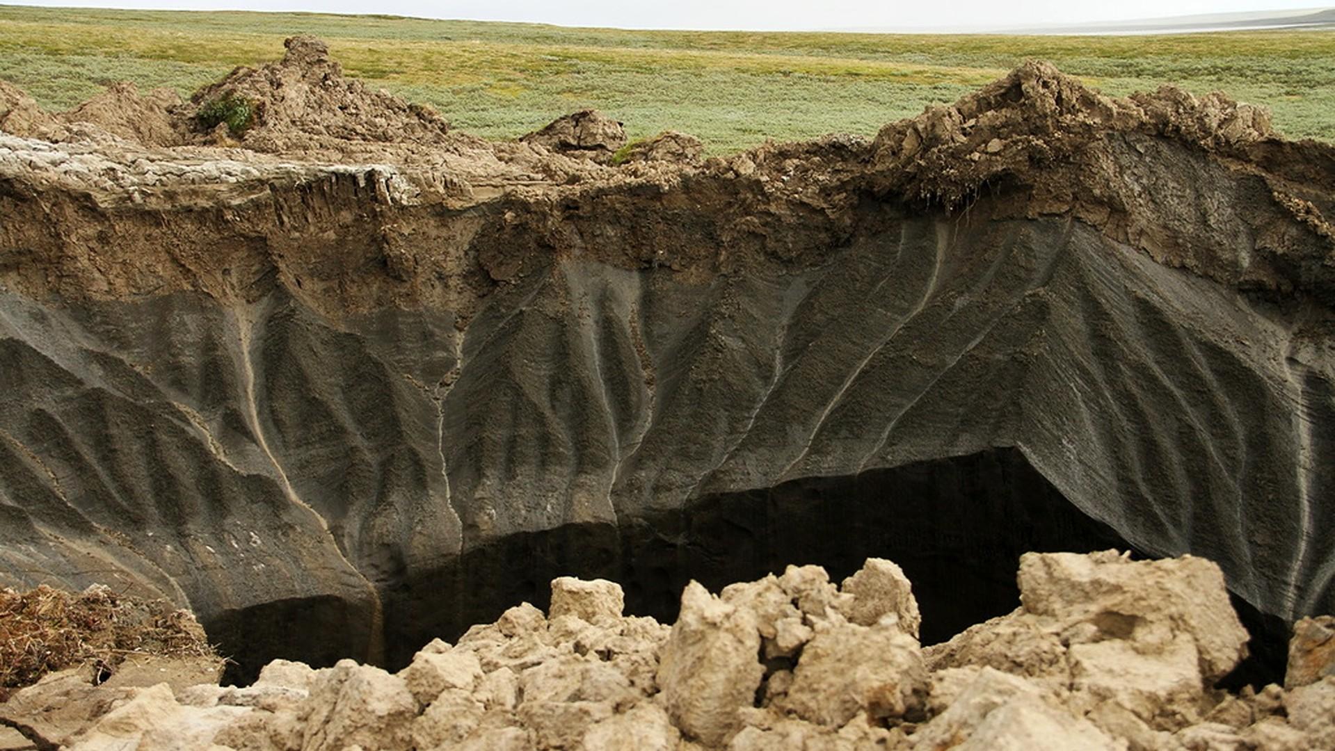 Un des gouffres énormes dans la péninsule de Yamal