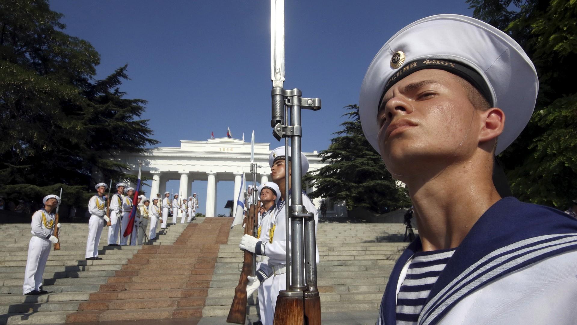 Marins russes alignés lors de la célébration de la journée de la Marine