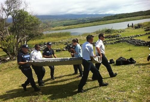 L'aile transportée par les gendarmes